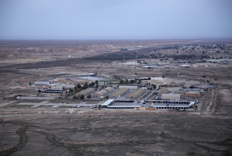 Foto aérea de 29 de dezembro 2019 da base aérea Ain al-Asad, no deserto de Anbar, que foi alvo de ao menos 10 foguetes nesta quarta (3) — Foto: Nasser Nasser/AP