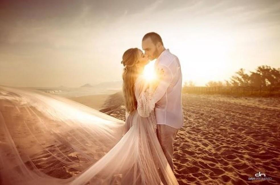 Eduardo Bolsonaro e a noiva posam para ensaio de casamento em abril — Foto: Davi Nascimento/Reprodução/Instagram