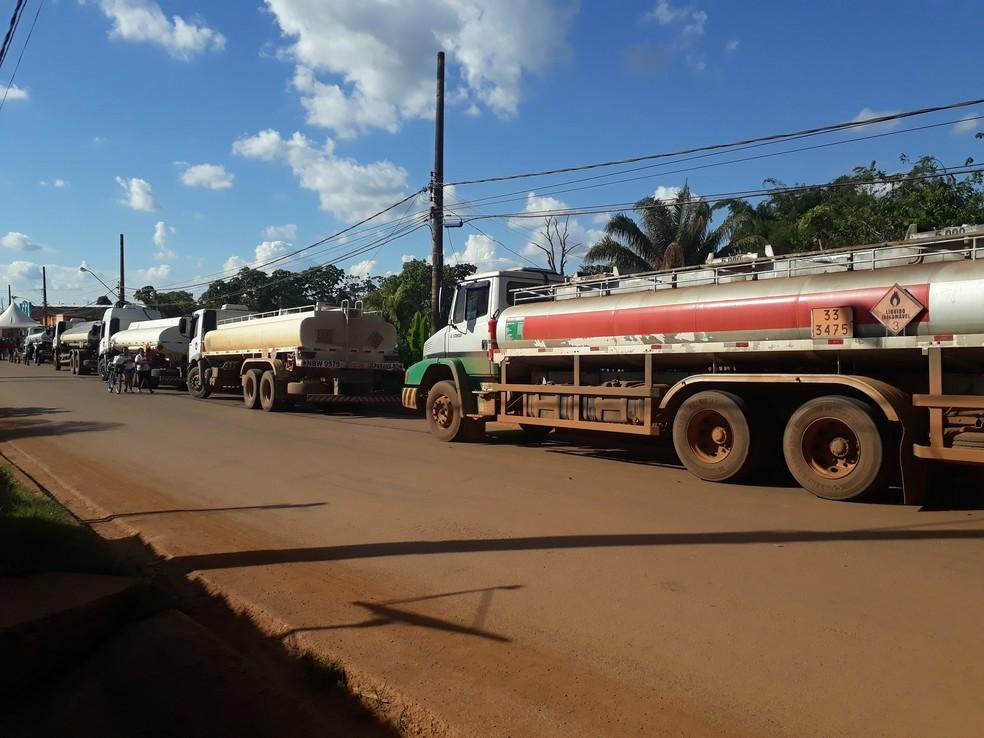 Caminhões voltaram a fazer distribuição de combustível nos postos (Foto: Pedro Bentes/ G1)