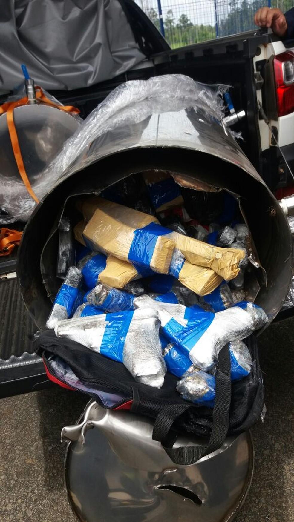 Armas e munições foram encontradas em tubos de metal (Foto: Divulgação)
