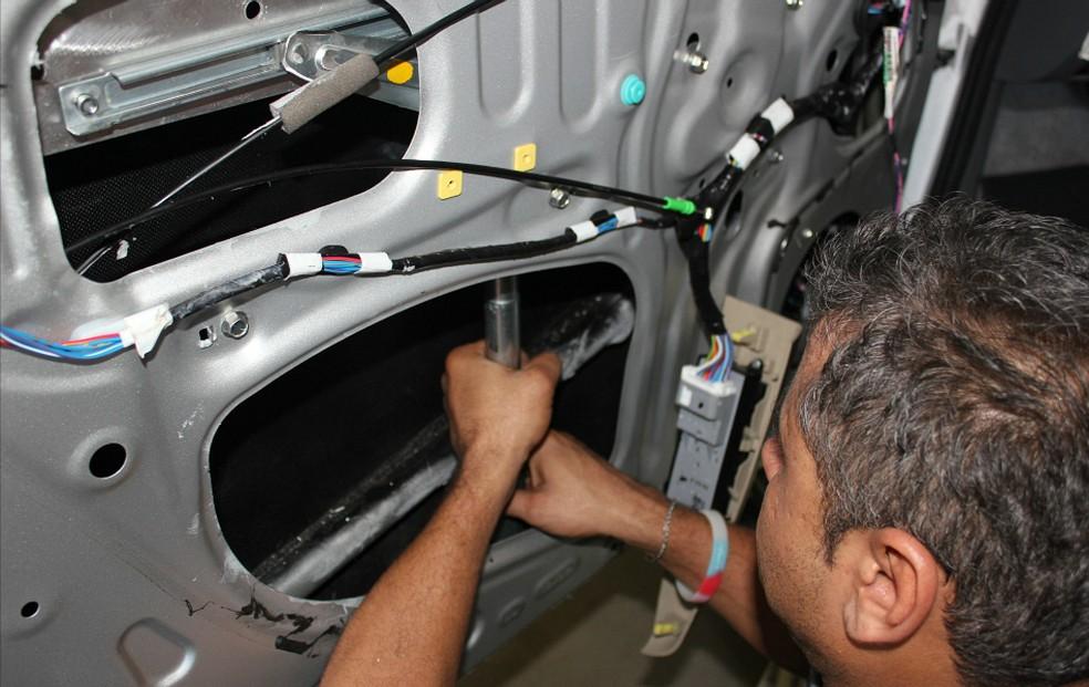 Técnico instala vidro blindado em carro (Foto: Adneison Severiano/G1 AM)