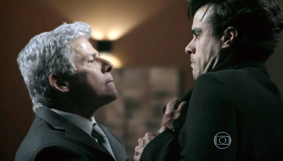 Cláudio Bolgari (José Mayer) castiga Enrico (Joaquim Lopes) por ele desistir do casamento com Maria Clara (Andréia Horta) - 'Império' — Foto: Globo