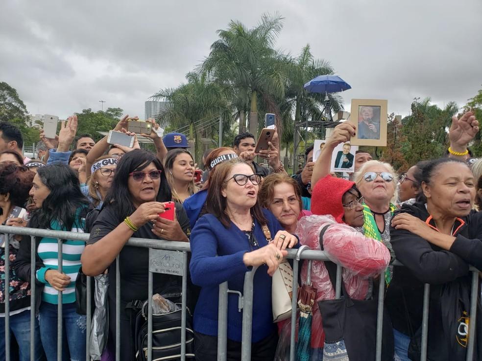 Às 13h30 cerca de 1.500 pessoas estavam na fila para se despedir do corpo de Gugu Liberato.  — Foto: Bárbara Muniz/G1