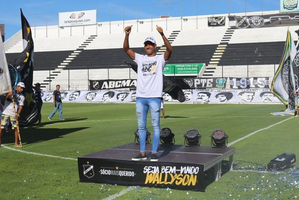 Apresentação de Walyson no ABC foi com pompa (Foto: Andrei Torres/ABC FC)