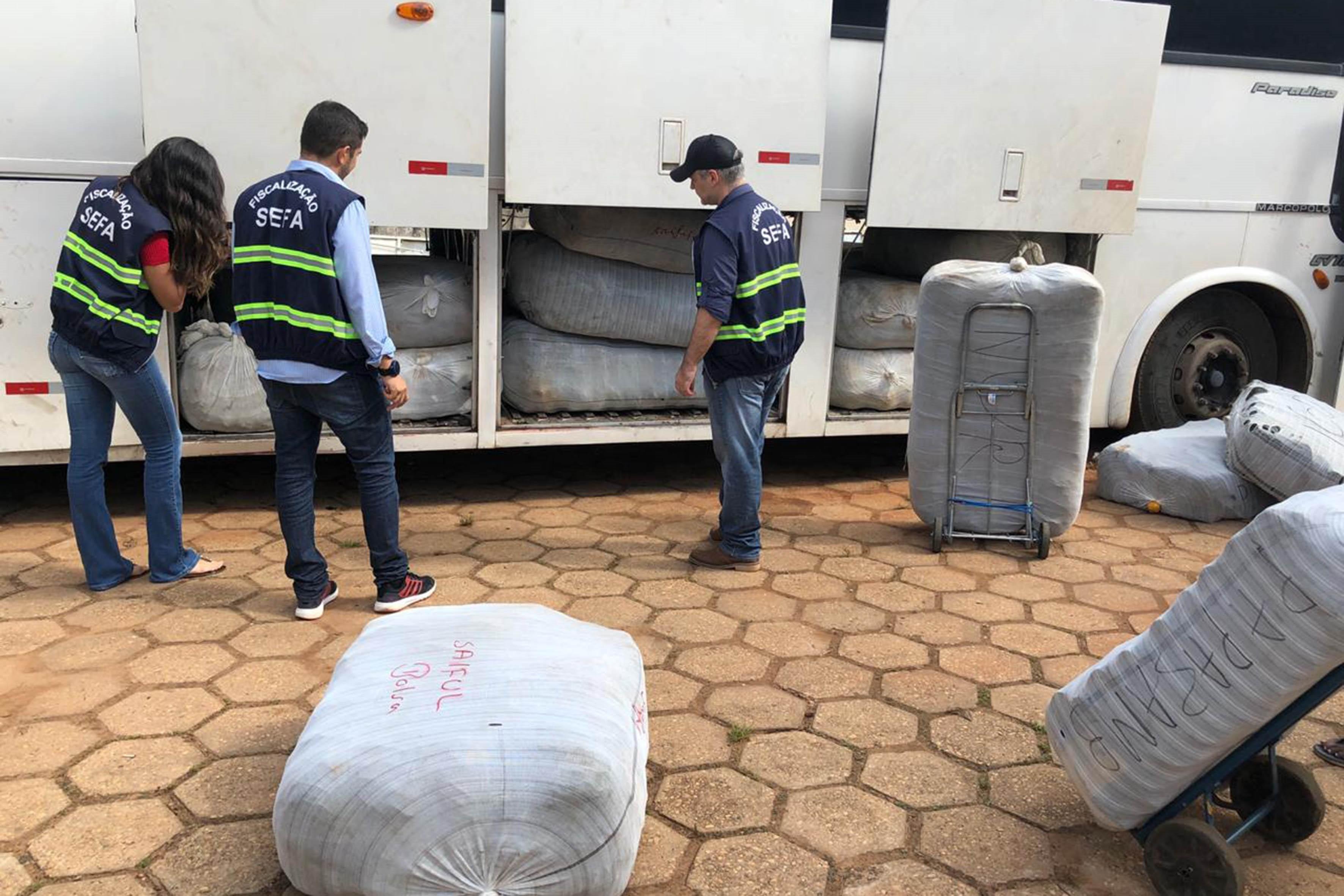 Fiscalização apreende mais de 1,5 mil peças de roupa em ônibus de viagem com destino à Belém