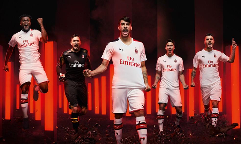 Paquet meia do Milan apresenta camisa branca  Foto Divulgao