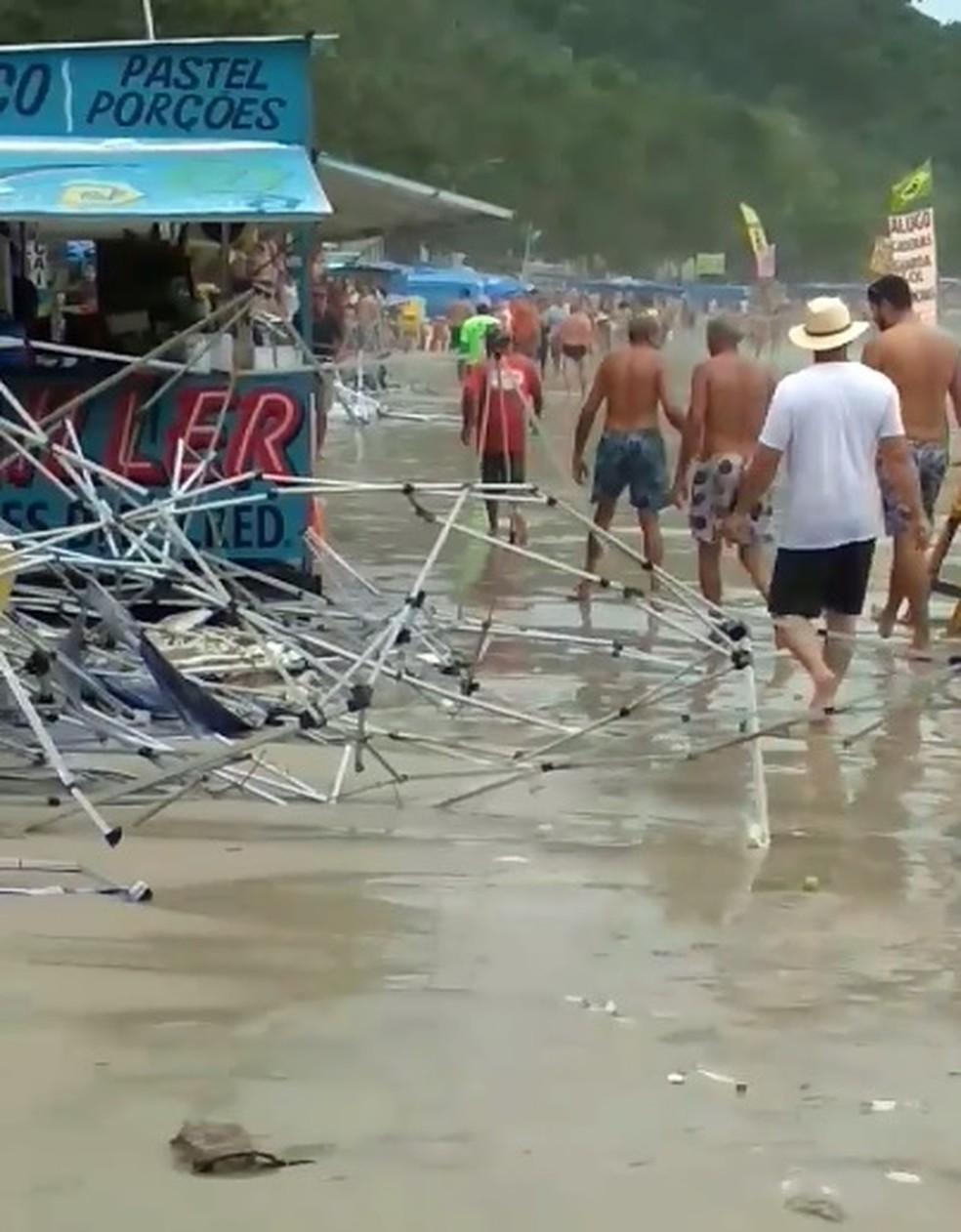 Mar avança em praias de Ubatuba, causa estragos e assusta turistas — Foto: Reprodução/Redes sociais
