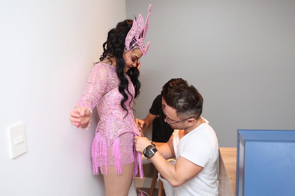 Maraisa fez ajustes de última hora à fantasia para 'mostrar um pouco mais de corpo' no desfile pela Rosas de Ouro (Foto: Celso Tavares/G1)