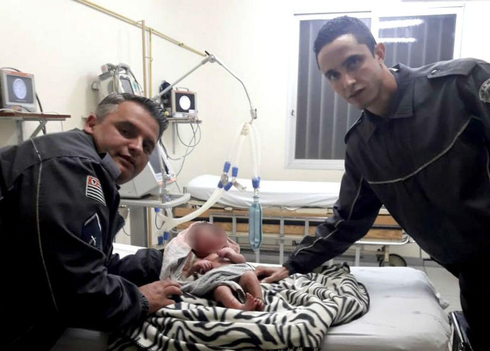Policiais militares foram acionados para socorrer bebê abandonado em Macatuba (Foto: Polícia Militar/Divulgação)