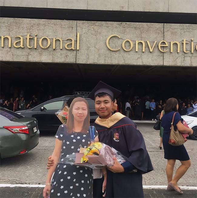 Paulo Alinsog ao lado da imagem da mãe (Foto: Reprodução Facebook)