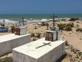 Cemitério na beira da praia é engolido pelo mar no Ceará  ( Bruno Alfano)