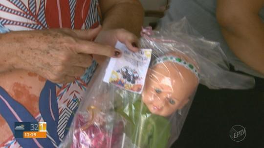 Voluntários renovam brinquedos achados no lixo para fazer alegria de crianças em Orlândia, SP