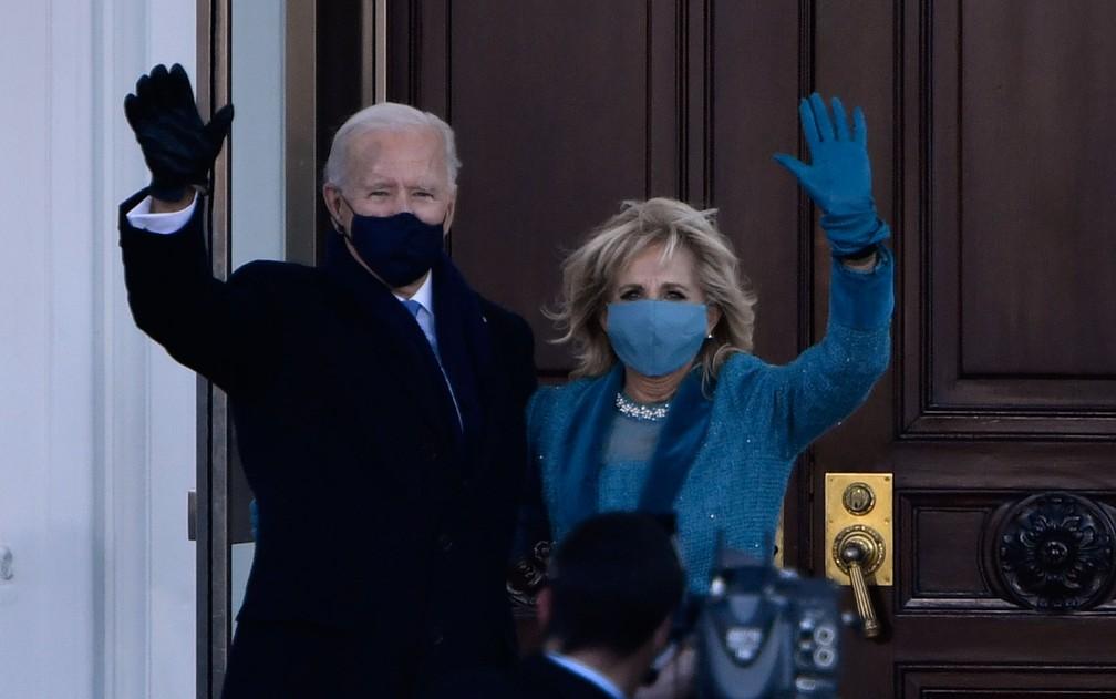 O presidente dos Estados Unidos, Joe Biden, e a primeira-dama, Jill, acenam ao chegar à Casa Branca, na tarde de quarta-feira (20) — Foto: Patrick T. Fallon/AFP