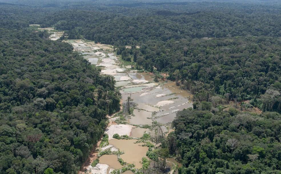 Mineração em terras indígenas do Pará destroem e contaminam o Rio Tapajós, deixando crateras no seu leito. — Foto: Marcos Amend / Greenpeace