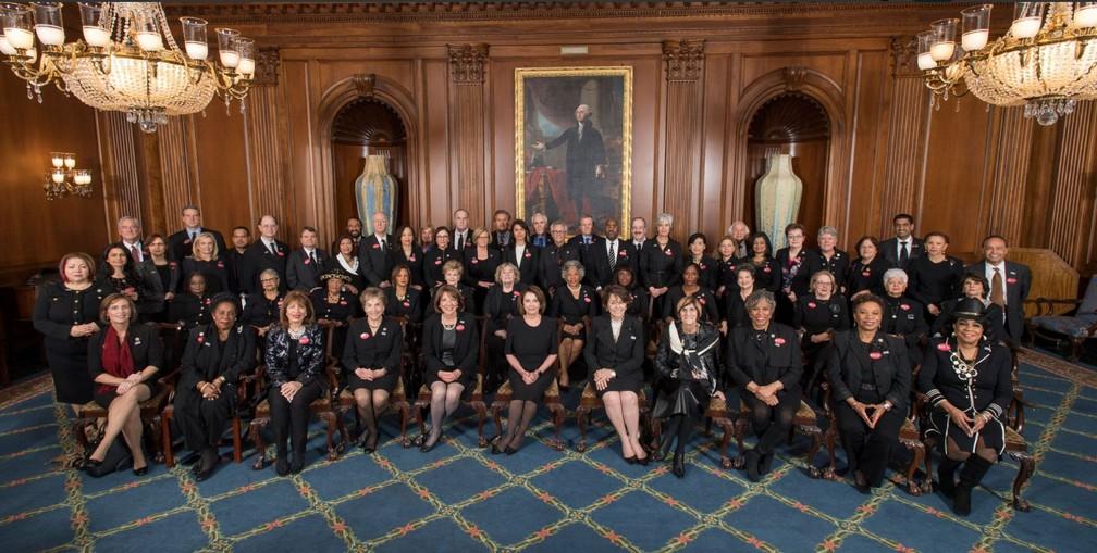 Congressistas democratas americanos se vestiram de preto nesta terça-feira (30), em apoio a movimento contra o assédio sexual, para assistir a discurso de Trump (Foto: Reprodução/ Twitter/ Suzanne Bonamici)