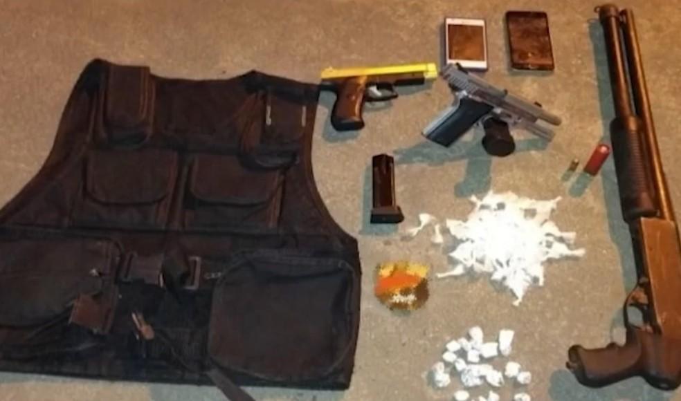 Armas, colete e drogas foram apreendidas com suspeitos mortos em confronto — Foto: Reprodução/TV Santa Cruz