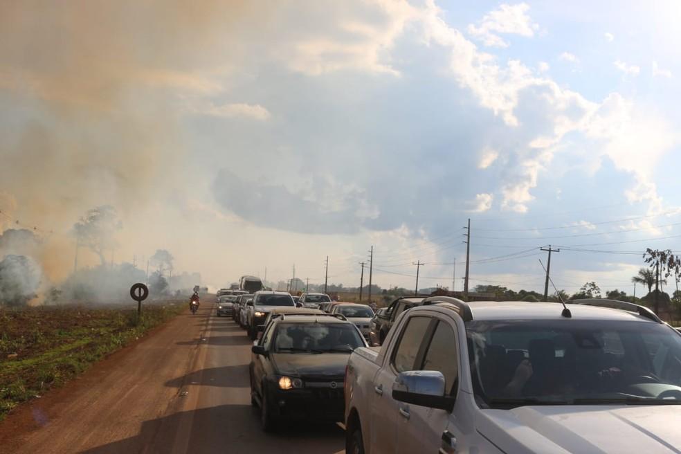 Manifestantes colocaram fogo em vegetação próximo a BR-364 em RO (Foto: PRF/ Divulgação)