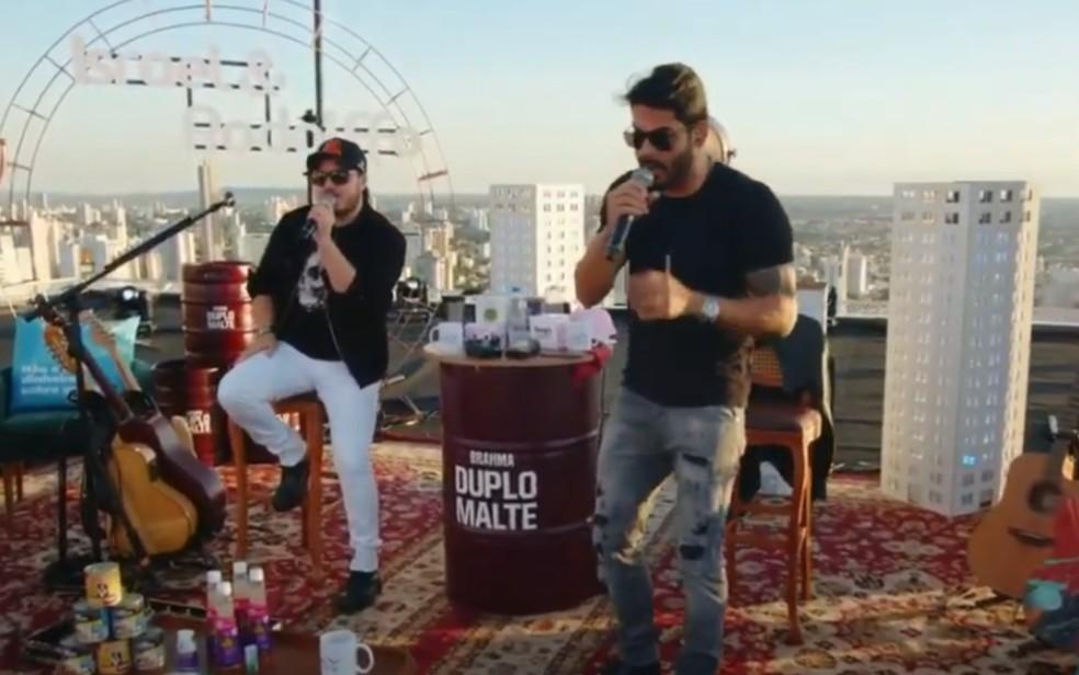 Dupla Israel e Rodolffo durante live, em Goiânia — Foto: Reprodução/Youtube