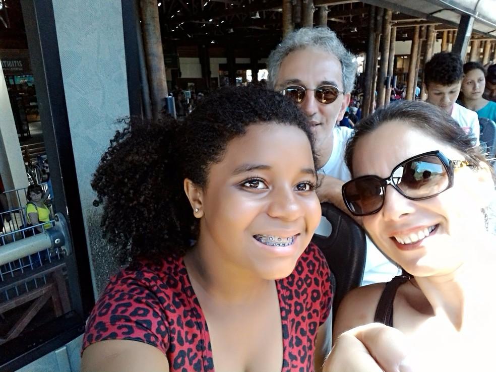 Laura e os pais, Wagner e Carla; diferenças de cor de pele nunca foram um problema para a família (Foto: Carla Pujol/Arquivo Pessoal)