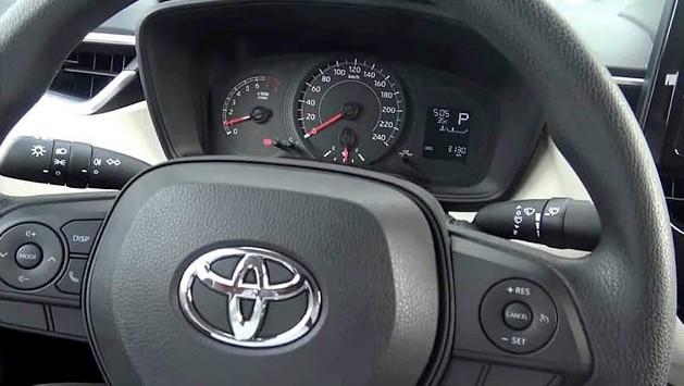 Detalhe do volante e painel do novo Corolla GLi 2020 (Foto: Captura de internet/WhatsApp)