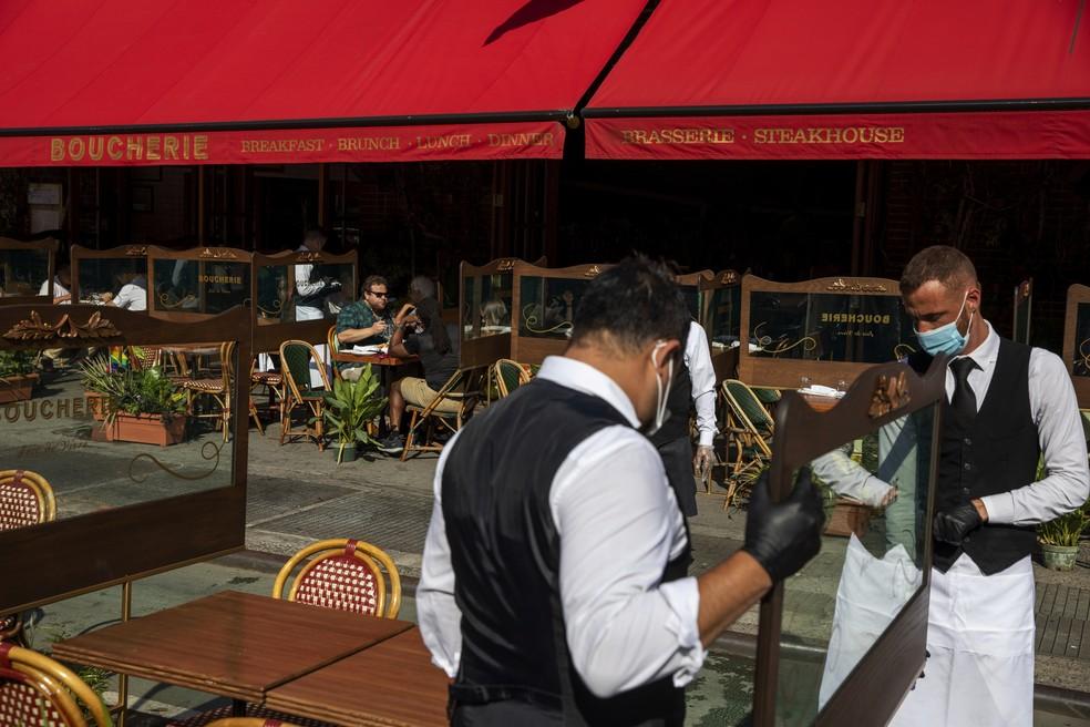 Funcionários de restaurante separam mesas em Nova York após início de reabertura, em foto de 25 de junho — Foto: Lucas Jackson/Reuters