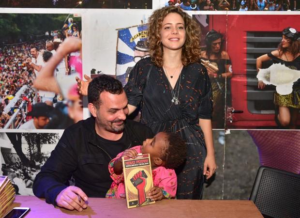 Leandra Leal e Alê Youssef com a filha, Julia  (Foto: Leo Franco/Agnews)