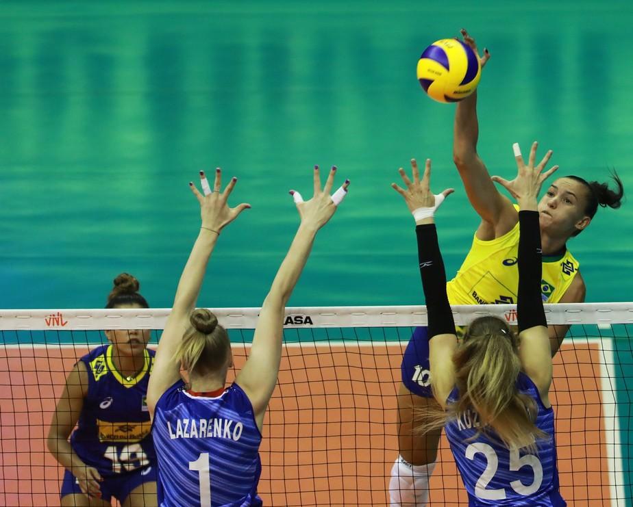 Com ginásio lotado, Brasil dá aula no bloqueio, atropela a Rússia e se recupera na Liga das Nações