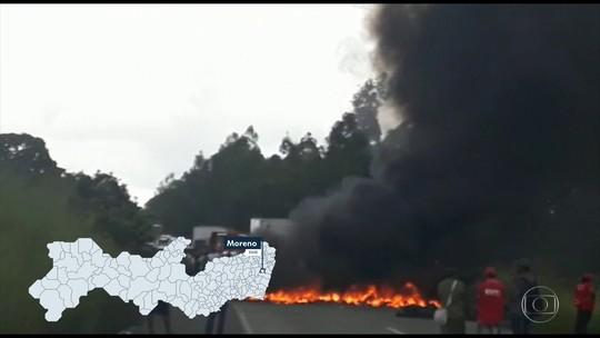 Manifestantes bloqueiam rodovias durante protestos em Pernambuco