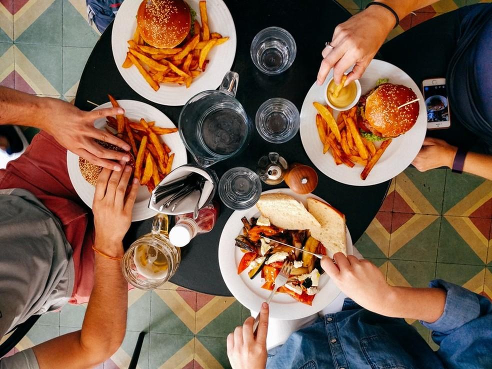 Especialistas alertam para os graves riscos de não se alimentar adequadamente durante a infância e adolescência — Foto: Dan Gold/Unsplash