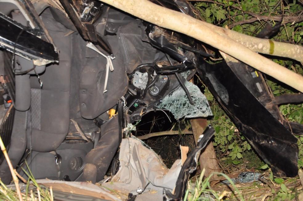 Veículo capotou e ainda bateu em uma árvore, em Junqueirópolis (Foto: Base de Socorristas de Junqueirópolis/Divulgação)