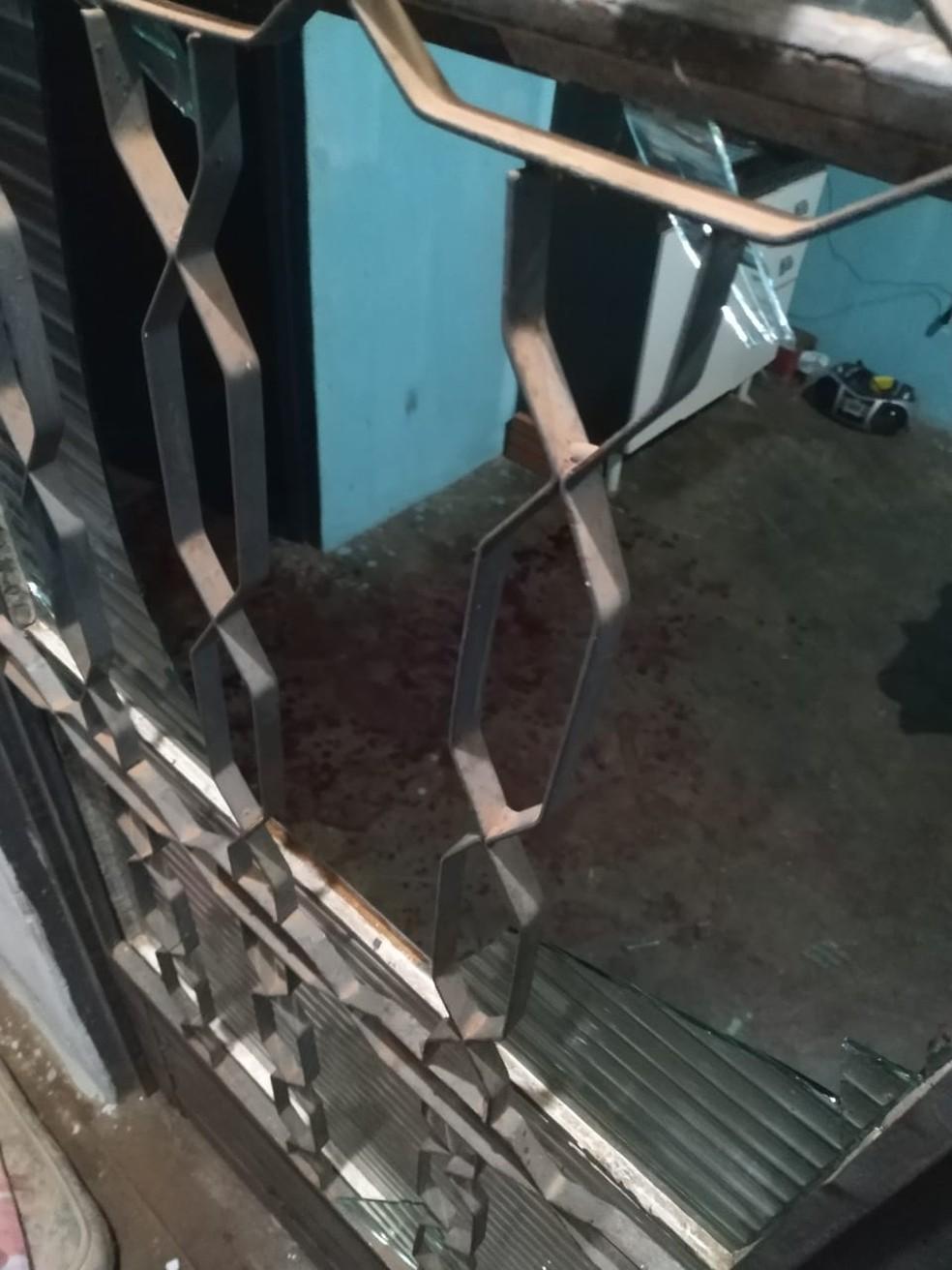 Homem socou porta de vidro e ficou gravemente ferido em Martinópolis — Foto: Polícia Militar