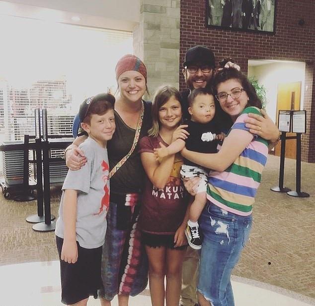 A família Simmons no aeroporto (Foto: Arquivo pessoal)