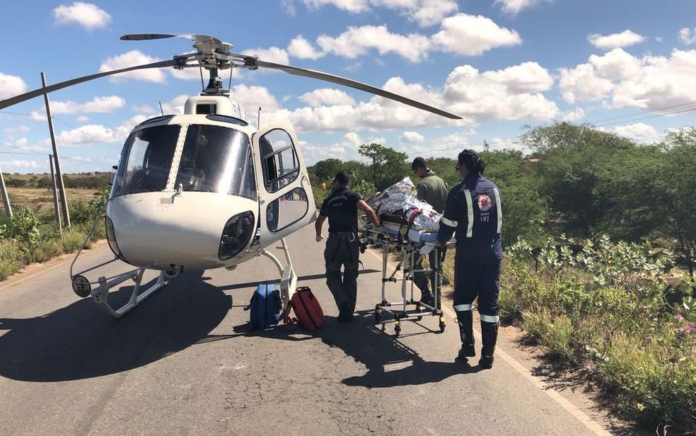 Homem apresentou trauma raquimedular e trauma crânio encefálico e foi transferido no helicóptero da polícia (Foto: GTA/SSP)