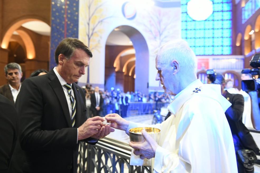 Jair Bolsonaro comunga e recebe hóstia de Dom Orlando Brandes no Santuário de Aparecida (SP) — Foto: Thiago Leon/ Santuário Nacional de Aparecida