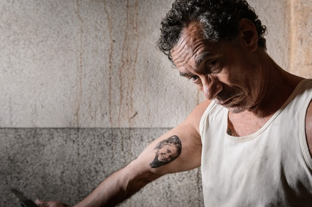 Chico Diaz caracterizado para 'Carcereiros', que voltará ao ar na semana que vem (Foto: Globo/Ramón Vasconcelos)