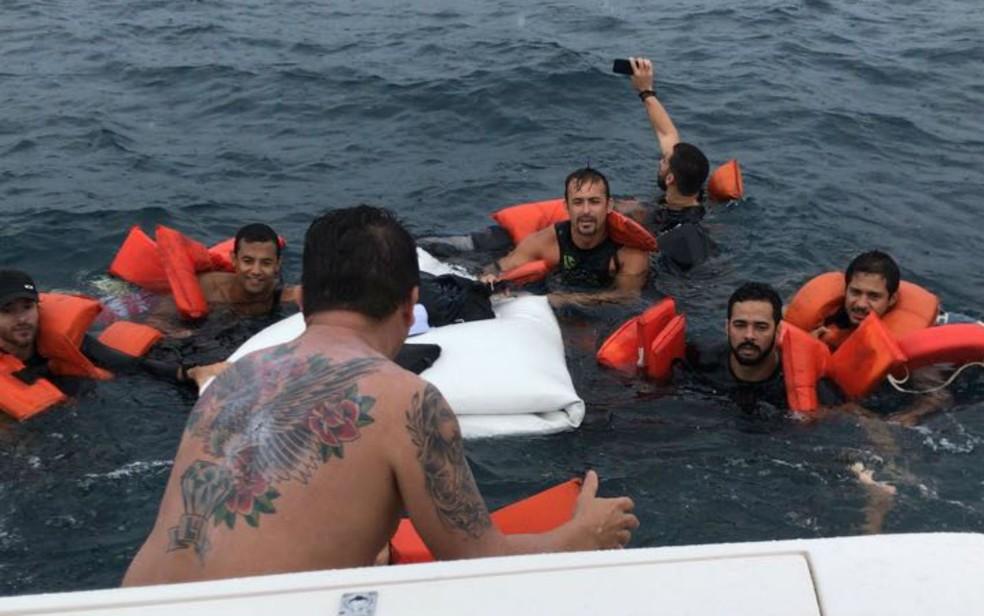 Ocupantes da lancha foram socorridos por outra embarcação que estava nas proximidades do acidente (Foto: Divulgação/Graer)