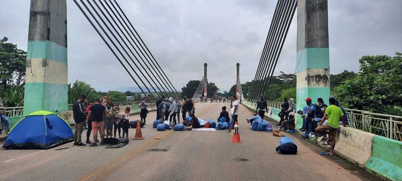 Cerca de 50 imigrantes voltam a ocupar ponte que liga Acre ao Peru em novo protesto para tentar deixar o Brasil