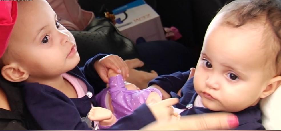 Siamesas Laura e Laís Silva nasceram unidas pela bacia — Foto: Reprodução/TV Anhanguera