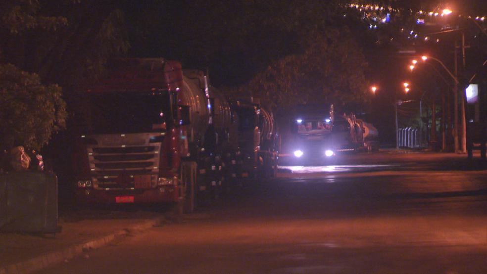 Caminhões-tanque enfileirados próximo a distribuidora de combustível (Foto: TV Globo/Reprodução)