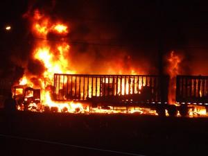 Incêndio nas duas carretas ocorreu por volta de 21h20 de sábado (2) em Maracajá (Foto: Quintino Júnior/Divulgação)