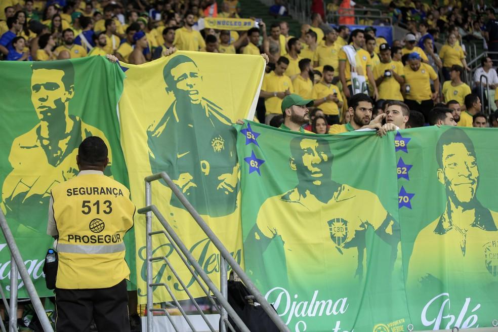 Bandeiras da torcida brasileira homenageiam Zagallo, Gabriel Jesus, Djalma Santos e Pelé na Arena Palmeiras (Foto: EFE/Sebastião Moreira)