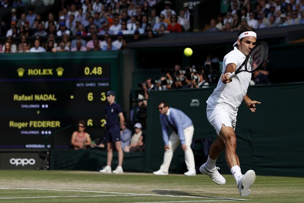 Roger Federer contra Rafael Nadal na semifinal de Wimbledon — Foto: Adrian Dennis - Pool/Getty Images