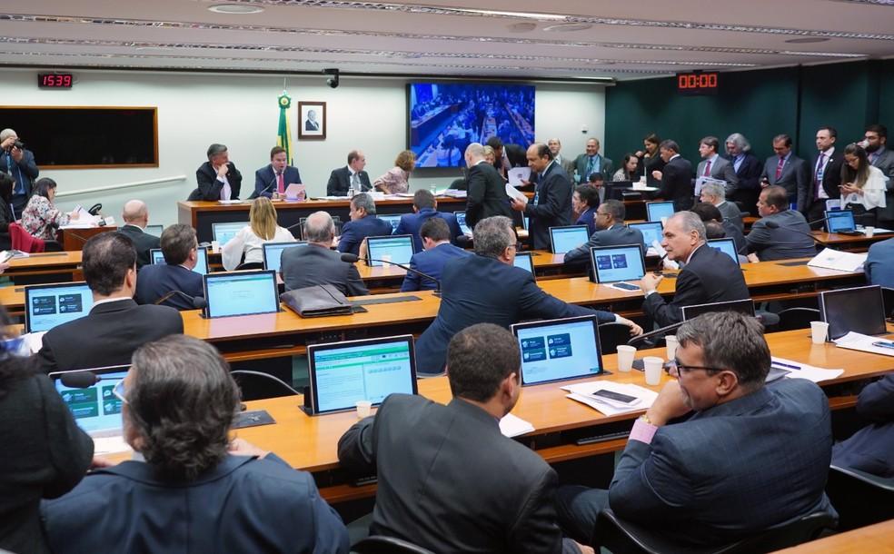Parlamentares da Comissão Mista de Orçamento discutem projeto que remaneja orlamento do governo — Foto: Will Shutter/Câmara dos Deputados
