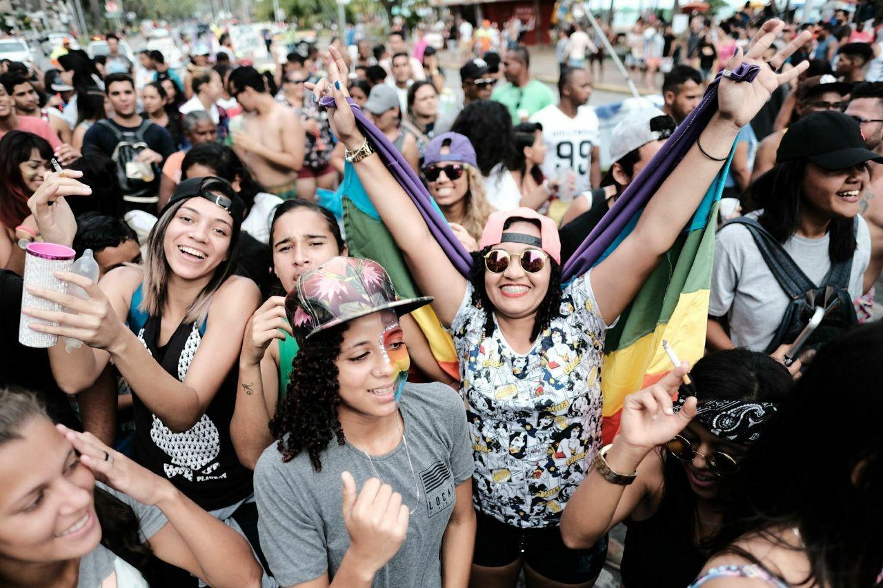 Contra o preconceito e a 'cura gay', grupos LGBT realizam marcha na orla de Maceió