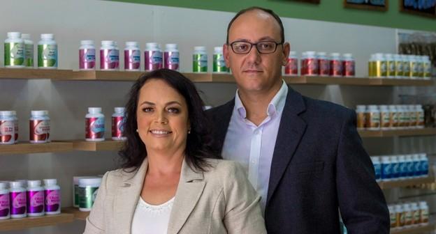 Casal de farmacêuticos fatura com franquia de produtos naturais