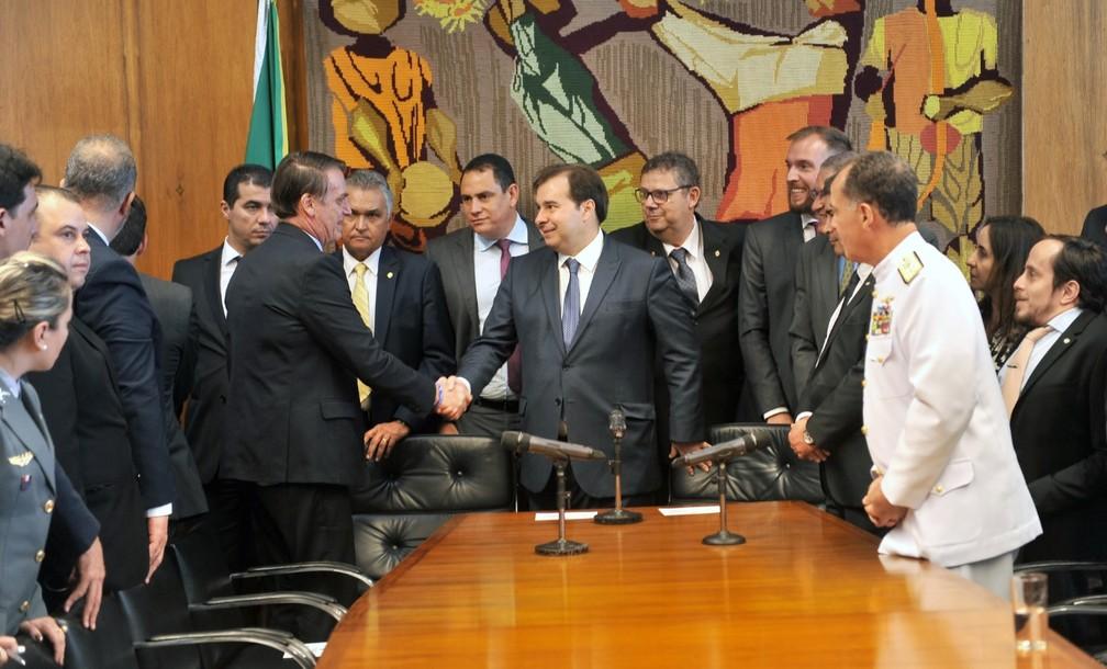 Presidente Jair Bolsonaro cumprimenta Rodrigo Maia, presidente da Câmara — Foto: J. Batista / Câmara dos Deputados