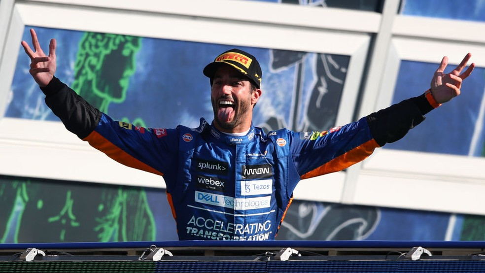 No pódio, Daniel Ricciardo comemora vitória no GP da Itália — Foto: Joe Portlock - Formula 1/Formula 1 via Getty Images