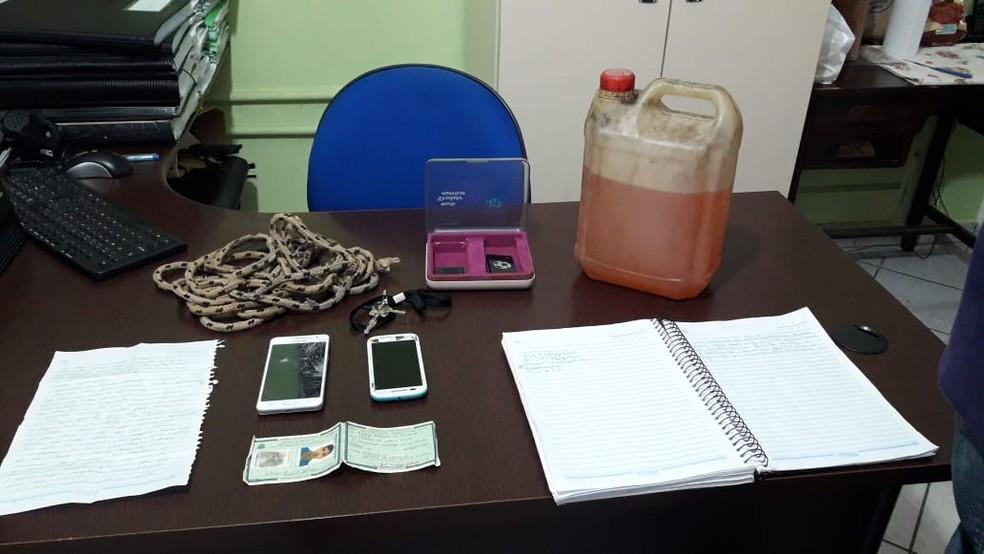 Entre os objetos utilizados pelos criminosos estavam um galão com gasolina, uma corda, uma carta e aparelhos celulares — Foto: Divulgação/Polícia Civil