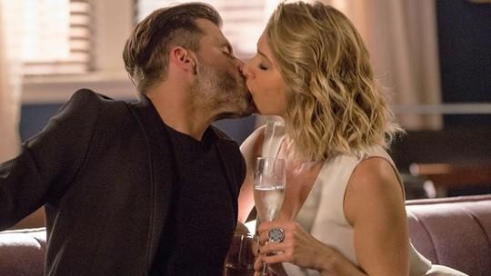 Gabo e Soraya comemoram sucesso de plano com beijão