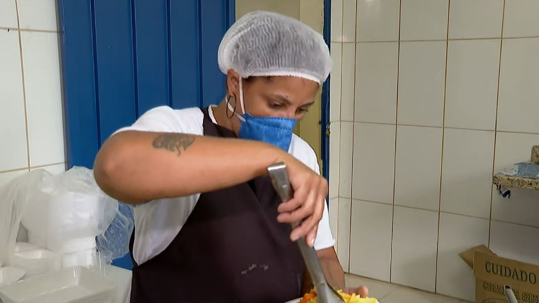 'Não tem preço', diz voluntária de grupo que distribui até 9 mil marmitas por ano em Franca